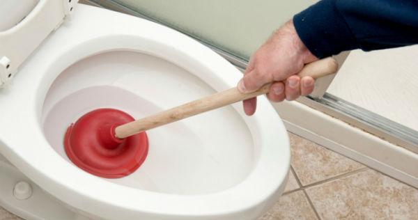 Comment déboucher une toilette
